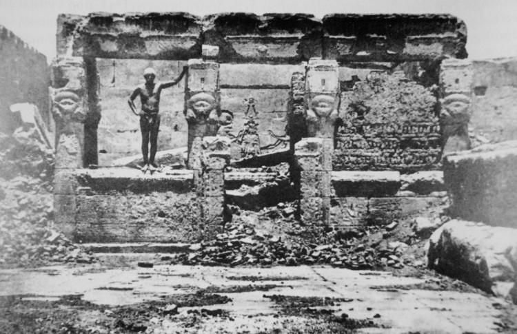 Maxime Du Camp, Hypètre d'Athor, sur la Terrasse du grande Temple de Dendérah (Tentyris), 1849-51